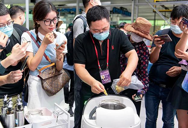 服贸会上自动炒菜机器人大秀厨艺